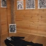 Niko Skorpion Lainasiivillä-installaatio koostuu maalauksista, esineistä ja äänimaisemasta. Teoksen lentomatka suuntautuu mielen syvyyksiin.