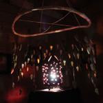 Satu Karhumaalla on hämärän tunnelmallinen shamanistinen tila Laske luontosi lentohon, jossa värillinen valo leikkii peileissä ja keramiikassa. Äänimaisema kuuluu kokonaisuuteen.