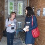 Reika Vesala esitteli postitaidettaa Loimaan lehden toimittajalle